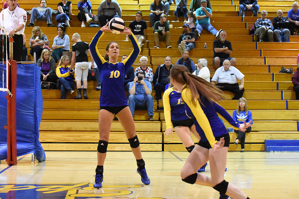 Elise+Wilcox+%2812%29+sets+up+her+teammate+for+a+point+against+Columbia+City.+